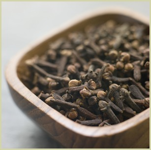 picture of whole cloves in a wooden bowl